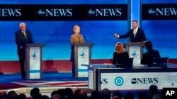 Berni Senders (levo), Hilari Klinton i Martin O'Meli na debati u Nju Hempširu, 19. decembar 2015.