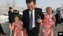 Một người đàn ông Bắc Triều Tiên đi cùng với 2 người thân khi họ đến khu nghỉ mát Núi Kim Cương để gặp gở thân nhân từ Nam Triều Tiên, 21/2/14