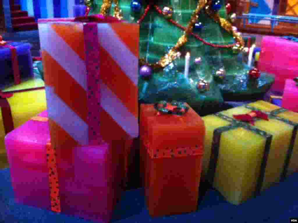 Brightly colored presents made of ice at National Harbor in Maryland. (Carolyn Presutti/VOA)
