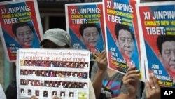 Người Tây Tạng lưu vong cầm hình ông Tập Cận Bình trong một cuộc biểu tình ở Ấn Ðộ, kêu gọi nhà lãnh đạo mới của Trung Quốc giải quyết khủng hoảng ở Tây Tạng, ngày 3/11/2012