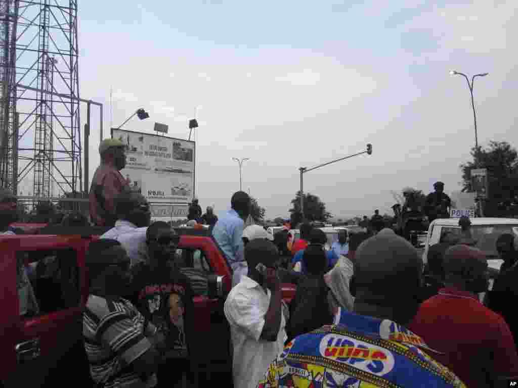 Etienne Tshisekedi bloque par la police Kinshasa 26 Novembre 2011 Nicolas Pinault VOA