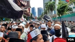 Ratusan massa dari berbagai kelompok Jumat (27/12) berunjuk rasa membela etnis minoritas muslim Uighur di depan Kedutaan Besar Cina di Jakarta (VOA/Fathiyah).