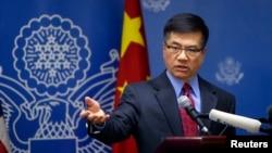 게리 로크 중국 주재 미국대사가 26일 베이징에서 가진 이임 기자회견에서 질문을 받고 있다.