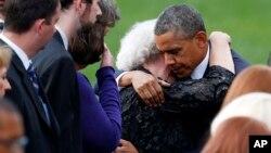 El presidente Barack Obama consuela a una mujer no identificada en la sección de las familias de las víctimas de la matanza del Astillero Naval.