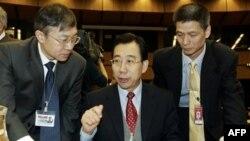 Помощник министра иностранных дел Китая У Хайлон (в центре)