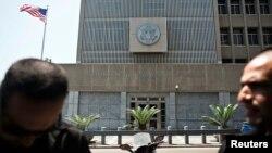 2일 이스라엘 텔 아비브 소재의 미국 대사관 주변에서 보안 요원들이 경계근무를 서고 있다.
