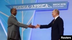 Владимир Путин приветствует председателя Совета по суверенитету Судана Абдель Фаттаха аль-Бурхана на Российско-Африканском саммите в Сочи в октябре 2019 года