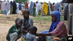 """Nigeriyadagi mahalliy qochqin oilalar. """"Boko Haram"""" Nigeriya shimoli, aholisi asosan musulmonlardan iborat hududda islomiy davlat qurish uchun kurashayotganini ta'kidlaydi."""