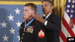 Tổng thống Hoa Kỳ Barack Obama và cựu hạ sĩ Thủy Quân Lục Chiến Dakota Meyer 23 tuổi trong buổi lễ trao tặng Huân chương Danh dự