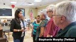 Dân biểu Hoa Kỳ Stephanie Murphy trò chuyện với những cư dân của Serenity Towers, một khu chung cư dành cho người cao tuổi, ở Sanford, miền trung Florida, ngày 23 tháng 10, 2018. (Twitter/ Stephanie Murphy)