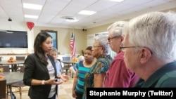 来自佛罗里达州的民主党籍国会众议员墨菲与佛罗里达民众交流。(推特截图)