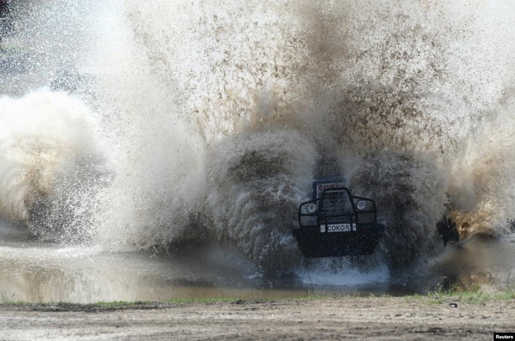 Участник региональных соревнований по тракторным гонкам Bizon-Track-Show за пределами Ростова-на-Дону, Россия.