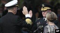 將退休的美軍參謀長聯席會議主席馬倫(左)和和新一任的參謀長聯席會議主席登普西星期五在華盛頓郊外的就職儀式上