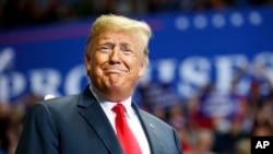 """星期一,在美國中期選舉的前夜,美國總統特朗普搭乘總統專機""""空軍一號""""印第安納州參加競選活動。"""