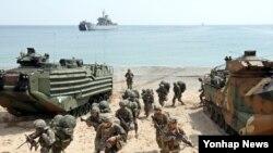 26일 한국 포항시 송라면 독석리 해안에서 실시된 '미·한 연합여단급상륙훈련'에 참가한 연합군 장병들이 상륙돌격장갑차에서 뛰쳐 나와 전방으로 돌진하고 있다.