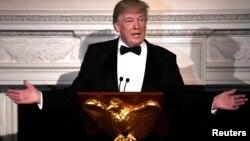 El presidente Trump se dirige a los gobernadores de todo el país, durante una cena de bienvenida a su reunión anual invernal, el domingo por la noche, en la Casa Blanca.