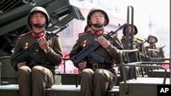Binh sĩ Bắc Triều Tiên ngồi trên xe chở hệ thống phóng được nhiều tên lửa cùng một lúc