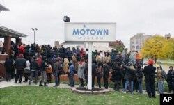 """Deretan penyanyi yang antri untuk mengikuti casting pembuatan """"Motown the Musical"""" di Museum Motown, Detroit, 21 Oktober 2014. (Foto: dok)."""