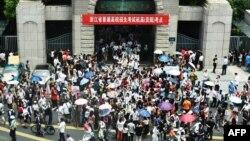 """时事大家谈:莘莘学子变""""特务""""?中国的学生信息员与告密文化"""