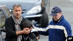 3月19号,法国图卢兹的哈托拉学校发生枪击事件,一名男子在安慰一名男孩