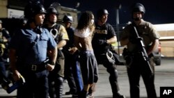 Polisler tarafından gözaltına alınan bir kişi
