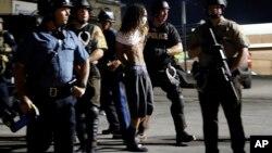 Los arrestos se redujeron durante la noche del miércoles, lo que ofrece esperanza de que las tensiones puedan empezar a ceder.