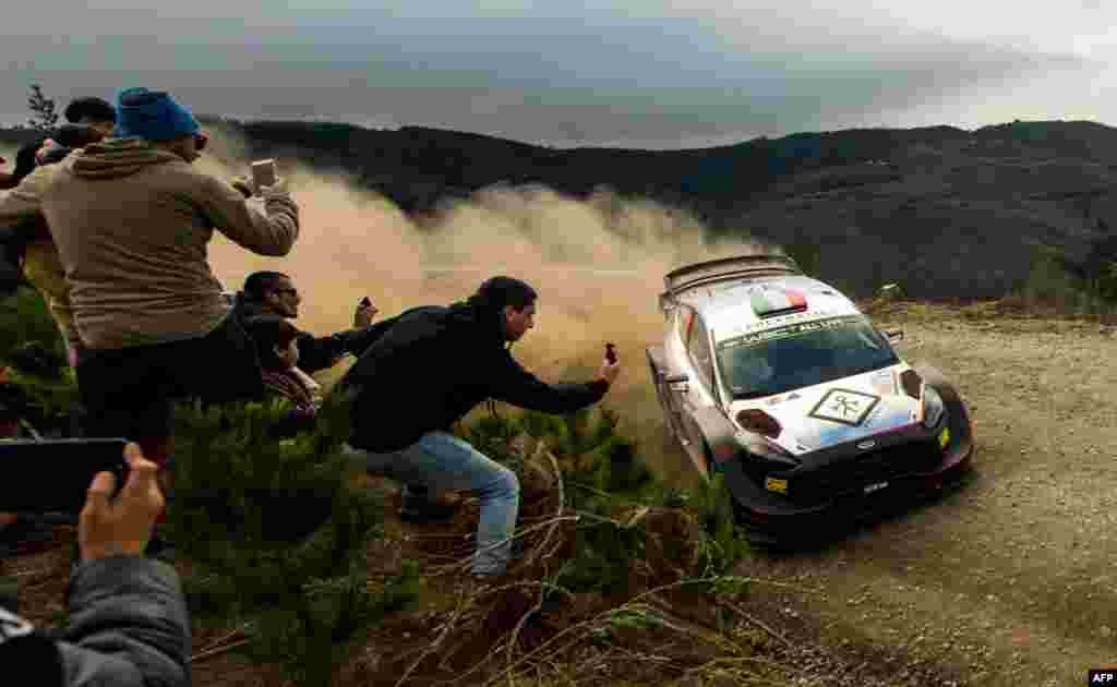 កីឡាករ Lorenzo Bertelli មកពីអ៊ីតាលីបើករថយន្ត M-Sport Ford WRT របស់លោកជាមួយនឹងកីឡាករម្នាក់ទៀតគឺ Simone Scattolin ក្នុងពេលប្រណាំងរថយន្ត WRC Chile 2019 នៅក្នុងប្រទេសឈីលី កាលពីថ្ងៃទី១១ ខែឧសភា ឆ្នាំ២០១៩។