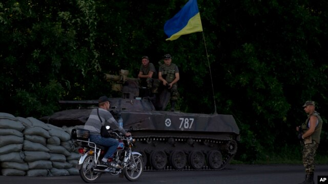 Ukrainian soldiers man a checkpoint outside the town of Amvrosiivka, eastern Ukraine, close to the Russian border, June 5, 2014.