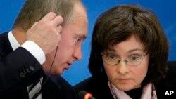 Владимир Путин и председатель Центрального банка России Эльвира Набиулина (архивное фото)