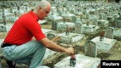 Một phi công của quân đội Mỹ từng tham gia chiến tranh ở Việt Nam, Tim Raumussen, thắp hương tại một ngôi mộ liệt sỹ ở nghĩa trang Trường Sơn ở Quảng Trị. Mỹ sẽ giúp Việt Nam trong việc tìm kiếm và truy tập hàng trăm nghìn hài cốt liệt sỹ theo một thoả thuận mới được ký kết.