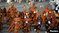 Kamerun mengirim 37 atlet ke London untuk mengikuti Olimpiade, namun 7 di antaranya 'menghilang' di London (foto: parade atlet Olimpiade Kamerun).