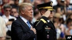 Президент США Дональд Трамп на Арлингтонском кладбище. Арлингтон, штат Вирджиния. 29 мая 2017 г.