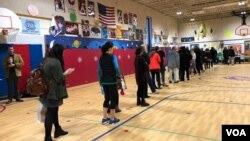 Los votantes en Arlington, Virginia, comenzaron a hacer fila a las 6 de la mañana, hora local, para depositor sus votos en las elecciones de medio período el martes, 6 de noviembre de 2018.