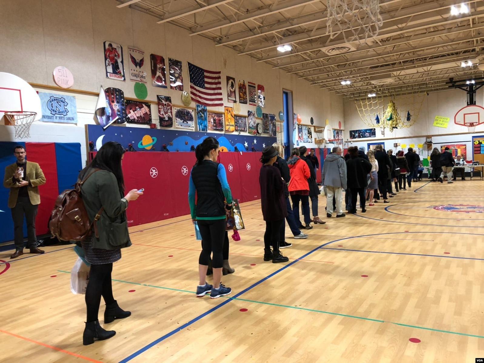 Votantes en Arlington, Virginia, aguardan en fila para emitir su voto en las elecciones de medio término el martes, 6 de noviembre de 2018.