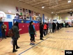 Votantes en Arlington, Virginia, hacen fila a la espera de ejercer su derecho constitucional al voto. Noviembre 6 de 2018.