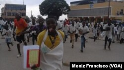 Alunos protestam na cidade do Uíge na sequência de desmaios e comichões nas escolas, Angola