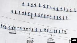 Tình nguyện viên chuẩn bị đường trượt cho phần thi trượt tuyết slalom ngày 14 tháng 2, 2014.