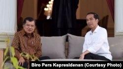 Presiden Joko Widodo dan Wapres Jusuf Kalla berbincang santai di beranda Istana Merdeka, Jakarta. (Foto: Biro Pers Kepresidenan)