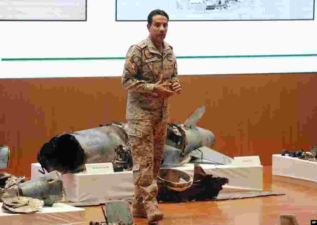 ترکی المالکی در حال معرفی جزئیات تسلیحات ایرانی مورد استفاده در حملات به تاسیسات نفتی عربستان سعودی.