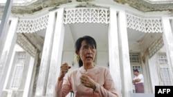 Bà Aung San Suu Kyi nói chuyện với các phóng viên tại nhà của bà ở Yangon, 11/7/2011