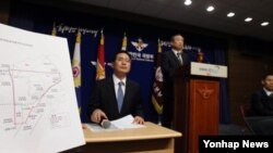 지난 8일 한국 국방부의 한국방공식별구역 확대안 공식 발표 후 국방부 정책기획관이 기자들의 질문에 답하고 있다.