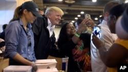 Presiden AS Donald Trump dan ibu negara Melania Trump ikut membagikan makanan kepada para korban badai Harvey dalam kunjungan di Houston, Texas hari Sabtu (2/9).
