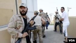 Pemberontak Libya berpatroli untuk mencari keluarga Moammar Gaddafi di Tripoli (24/8).