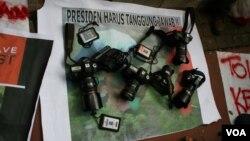 Spanduk dan kamera dalam aksi menolak kekerasan terhadap wartawan, di Jakarta pada 2012. (VOA/Andylala Waluyo)
