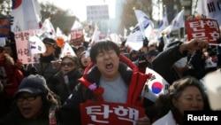 韩国总统朴槿惠的支持者们在首尔的一个宪法法庭附近参加一个反对弹劾她的集会。(2016年12月17日)
