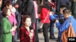 2016年3月5日,在人民大会堂外进行报道的中国媒体记者 (美国之音金子莹拍摄)