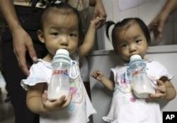 中国女孩在深圳医院等待检查肾结石的时候喝三鹿牛奶(2008年9月17日)