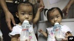Banyak orang tua di Tiongkok mencari susu formula di luar negeri, termasuk di Australia, pasca-skandal keracunan susu tahun 2008 (foto: dok).