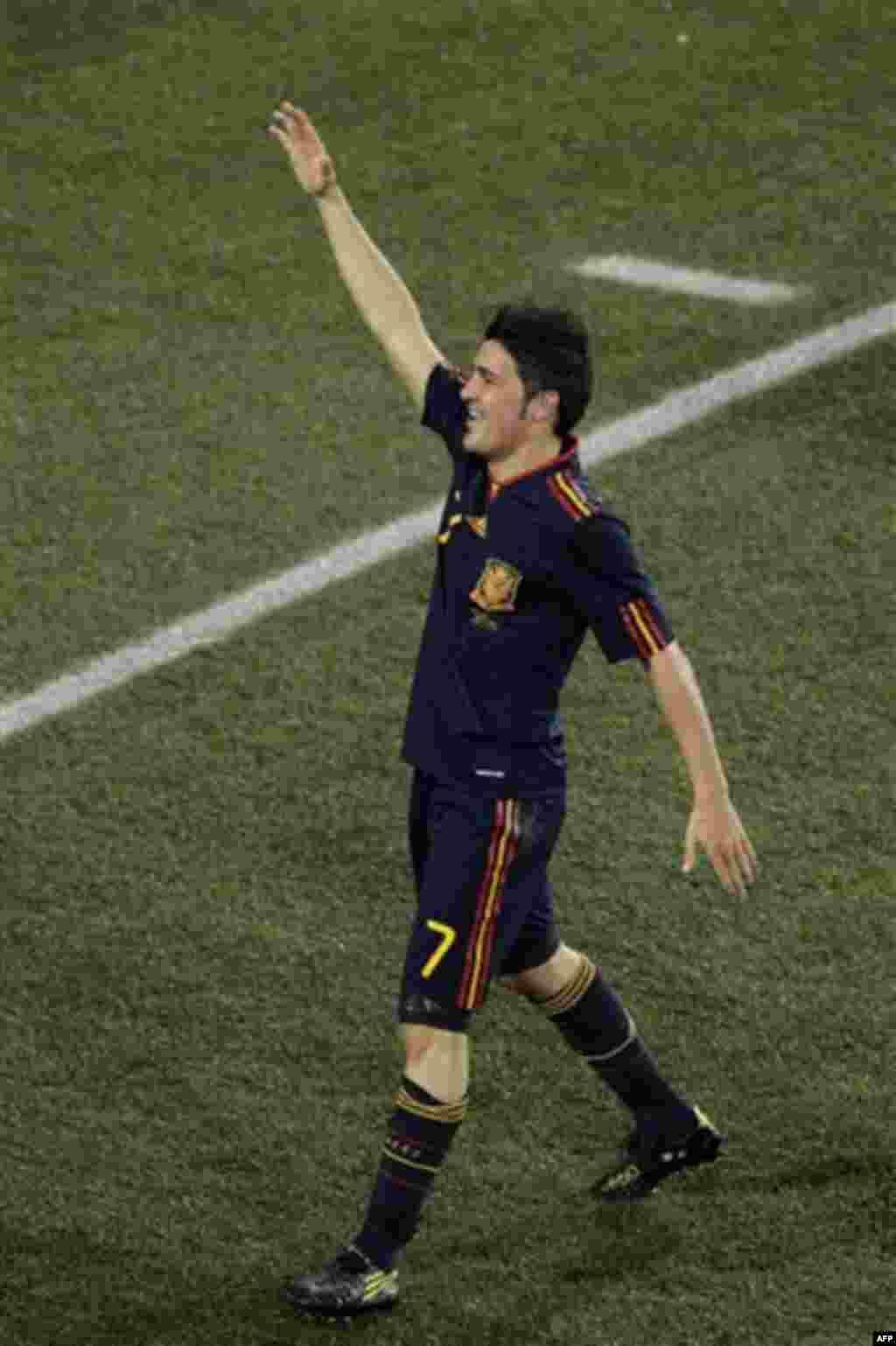 Давид Вилья (Испания) празднует победу Испании в матче с Парагваем на стадионе «Эллис Парк» в Йоханнесбурге, Южная Африка. Суббота, 3 июль 2010 года. Испания выиграла 1-0. (Фото АП / Темба Надебе)