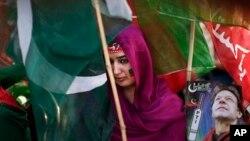 Perempuan pendukung mantan bintang cricket yang menjadi politisi, Imran Khan, dalam sebuah kampanye di Islamabad (9/5).